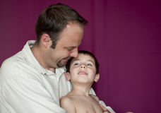 Vater und Sohn in einem zarten Moment zusammen Lizenzfreie Stockfotos