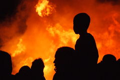 Vater und Sohn am Feuer im Schattenbild Lizenzfreies Stockfoto