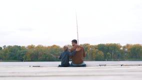Vater und Sohn fischen auf Pier stock video