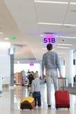 Vater und Sohn am Flughafen lizenzfreie stockfotografie