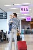 Vater und Sohn am Flughafen lizenzfreie stockfotos