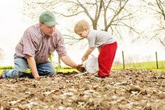 Vater-und Sohn-Gartenarbeit stockfoto