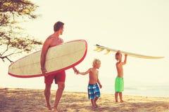 Vater-und Sohn-gehendes Surfen lizenzfreie stockbilder