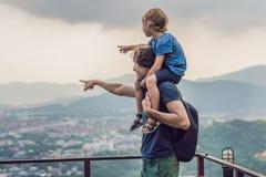 Vater und Sohn im Hintergrund der Phuket-Stadtansicht vom Affen Stockbild