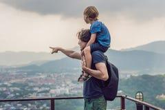 Vater und Sohn im Hintergrund der Phuket-Stadtansicht von Affe Hügel Stockfoto