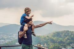 Vater und Sohn im Hintergrund der Phuket-Stadtansicht von Affe Hügel Lizenzfreies Stockfoto