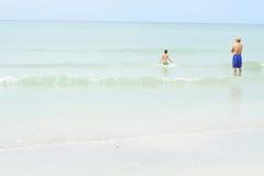 Vater und Sohn im Ozean Lizenzfreie Stockfotografie
