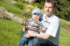 Vater und Sohn im Park lizenzfreie stockfotografie