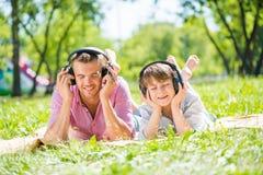 Vater und Sohn im Park Stockfotos