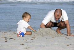 Vater und Sohn im Strand Stockbilder