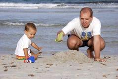 Vater und Sohn im Strand Stockfotografie