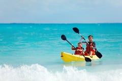 Vater und Sohn Kayak fahren lizenzfreies stockbild