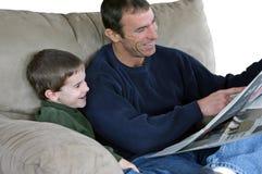 Vater-und Sohn-Lesepapier Stockfotos