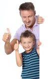 Vater und Sohn mit den Daumen oben Lizenzfreie Stockfotografie