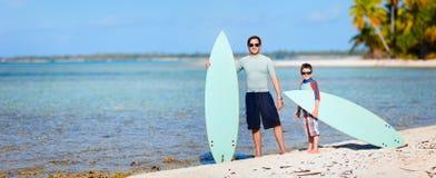 Vater und Sohn mit Surfbrettern stockfotos