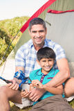 Vater und Sohn neben Zelt Stockfotos