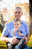 Vater und Sohn am Park Lizenzfreies Stockfoto