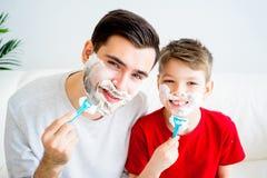 Vater-und Sohn-Rasieren lizenzfreie stockfotos