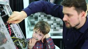 Vater und Sohn reparieren einen Computer stock video footage