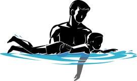 Vater-und Sohn-Schwimmen-Lektionen im blauen Wasser Lizenzfreies Stockfoto