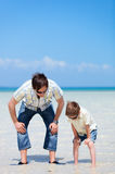 Vater und Sohn am seichten Wasser Lizenzfreie Stockbilder