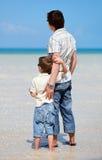 Vater und Sohn am seichten Wasser Stockfotografie