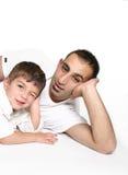 Vater und Sohn sich entspannen stockfoto