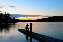 Vater und Sohn am Sonnenuntergang Stockfotografie