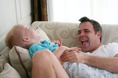 Vater und Sohn am Spiel Stockfotografie