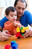 Vater-und Sohn-Spielen Lizenzfreie Stockfotografie