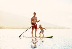 Vater und Sohn stehen oben schaufelnd Lizenzfreie Stockfotografie