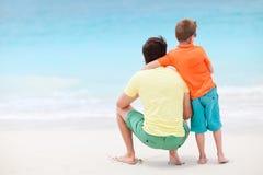 Vater und Sohn am Strand stockbild