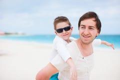 Vater und Sohn am Strand Stockfoto