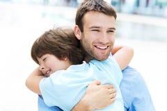 Vater-und Sohn-Umarmen stockbilder