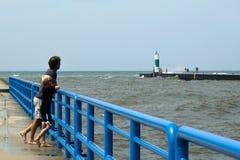 Vater und Sohn Wellenbeobachter in Michigan stockbild