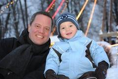Vater und Sohn - winterportrait Stockbilder