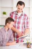 Vater und Sohn zu Hause Lizenzfreies Stockfoto