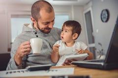 Vater und Sohn zu Hause Stockfotografie