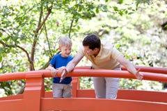 Vater und Sohn zusammen Lizenzfreies Stockfoto