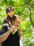 Vater- und Sohnausgabenzeit zusammen Lizenzfreie Stockfotografie
