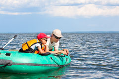 Vater- und Sohnfische in einem Boot Stockbilder