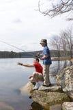 Vater- und Sohnfischen lizenzfreie stockbilder