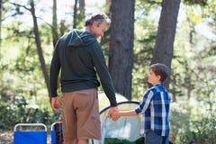 Vater- und Sohnhändchenhalten beim Wandern im Wald Lizenzfreie Stockbilder