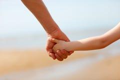 Vater- und Sohnhände stockbild