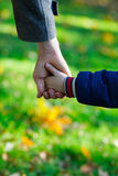 Vater- und Sohnhände Stockfotografie