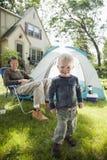 Vater- und Sohnkampieren Stockfoto