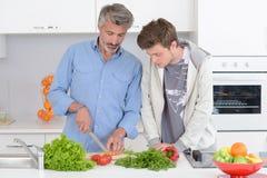 Vater- und Sohnkochen stockfoto