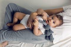 Vater- und Sohnlüge auf ihren Rückseiten lizenzfreies stockfoto