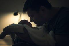 Vater- und Sohnnase zu riechen Lizenzfreies Stockbild