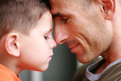 Vater- und Sohnportraitlächeln Stockfoto